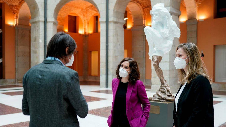 Víctor Ochoa e Isabel Díaz Ayuso, en la inauguración de la escultura. (Comunidad de Madrid)