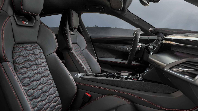 Interior del Audi e-tron GT, elegante con algunos toques deportivos.