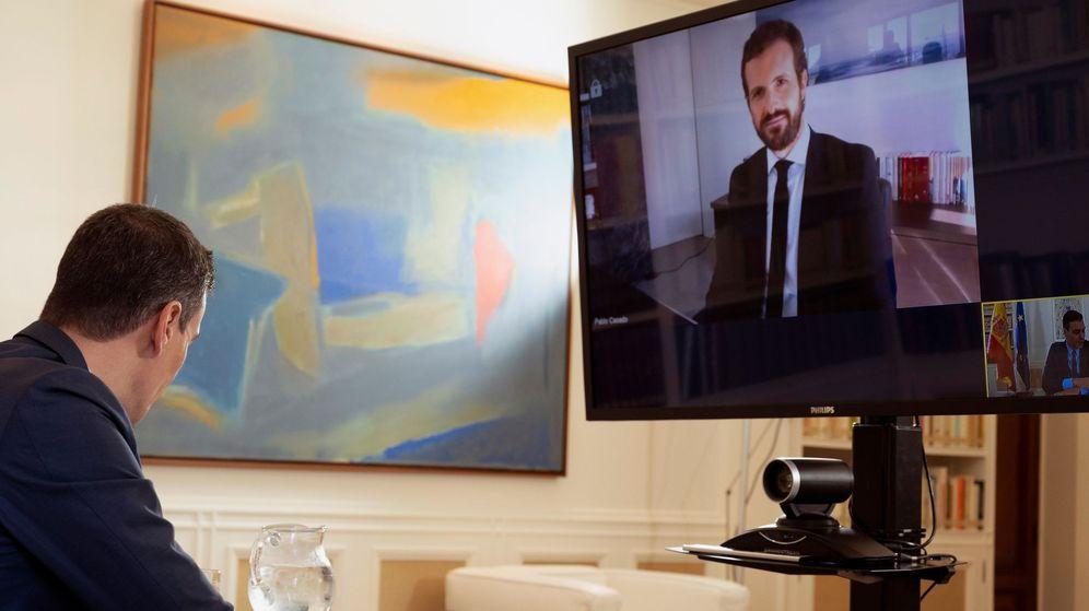 Foto: El presidente del Gobierno, Pedro Sánchez, durante la reunión por videoconferencia que mantuvo el 20 de abril con el líder del PP, Pablo Casado. (EFE)
