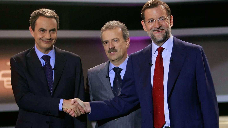 Junto a Zapatero y Rajoy en uno de los muchos debates presidenciales que ha moderado. (Getty)