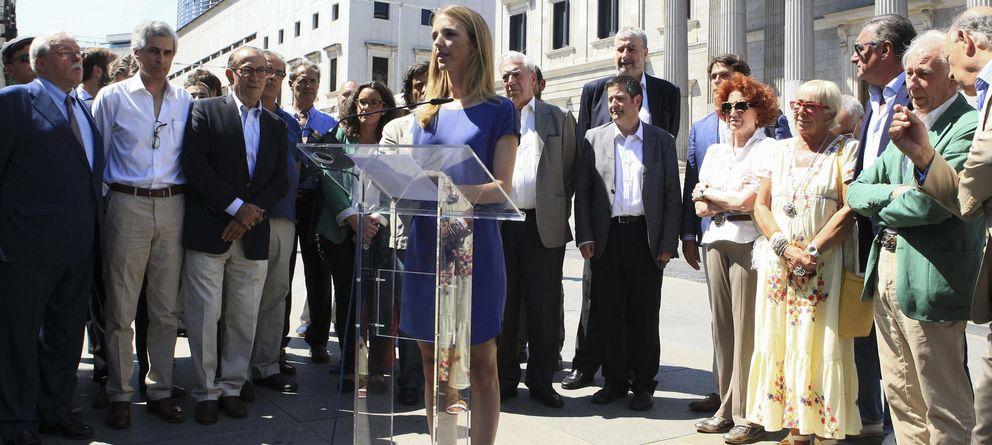 Foto: La diputada del PP Cayetana Álvarez de Toledo, lee el manifiesto fundacional de la iniciativa Libres e Iguales. (EFE)