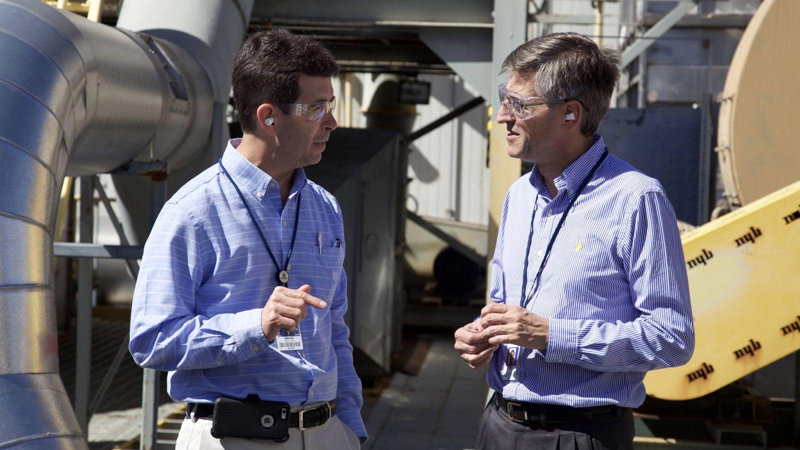 Foto: José Emeterio Gutierrez, a la derecha, en una visita a una central nuclear. (Westinghouse Nuclear)