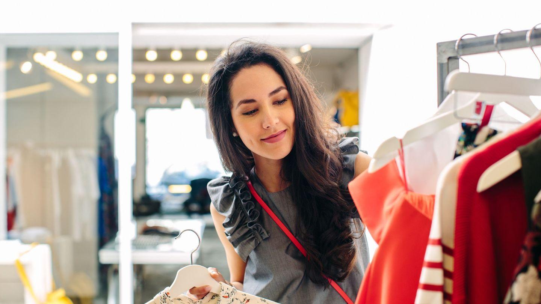 Fotografía cedida por Mastercard donde aparece una persona escogiendo ropa en una tienda local. (EFE)