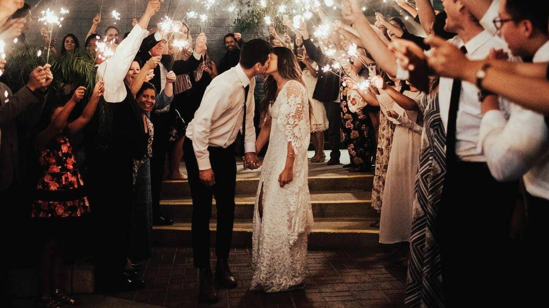 Pareja de novios en su boda. (Fotografía vía Grace Love Lace)