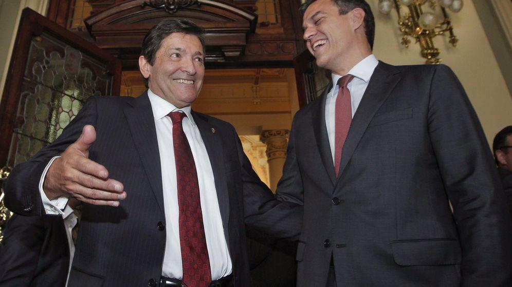 Foto: El secretario general del PSOE, Pedro Sánchez (d), conversa con Javier Fernández, tras asistir a la toma de posesión del presidente del Principado en 2015. (EFE)
