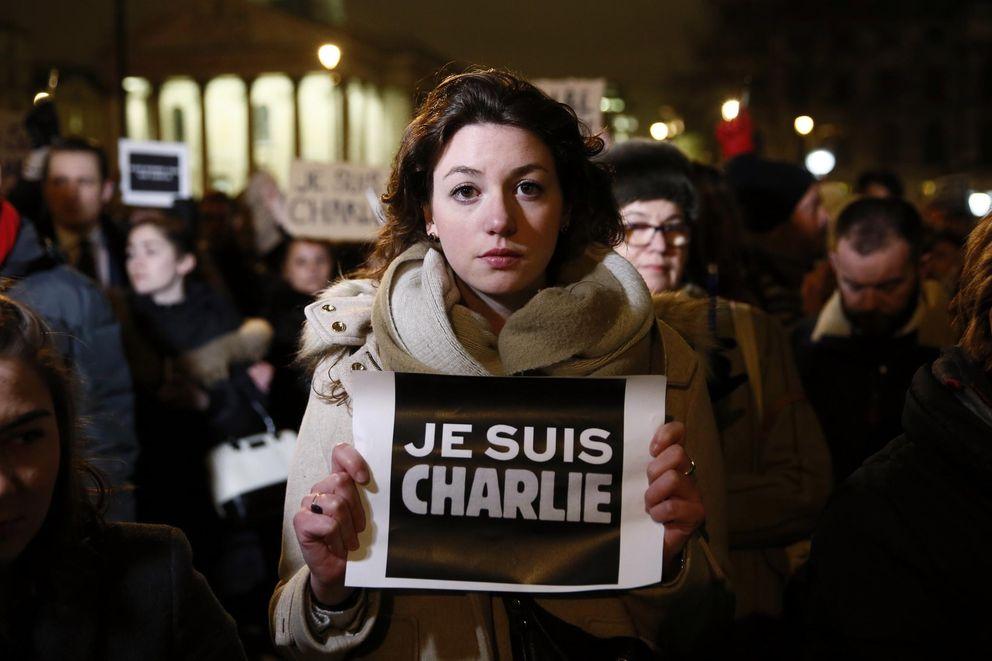 Foto: Una mujer sostiene una pancarta que reza Yo soy Charlie durante una concentración en Londres en tributo a las víctimas del ataque contra Charlie Hebdo (Reuters).