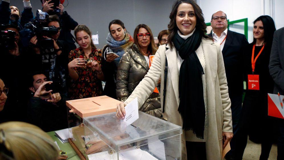 Foto: Inés Arrimadas ejerciendo su derecho al voto este domingo. (EFE)