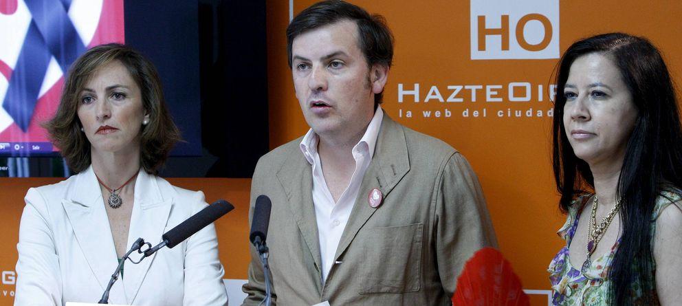 Foto: El presidente de HazteOir, Ignacio Arsuaga (c). (EFE)