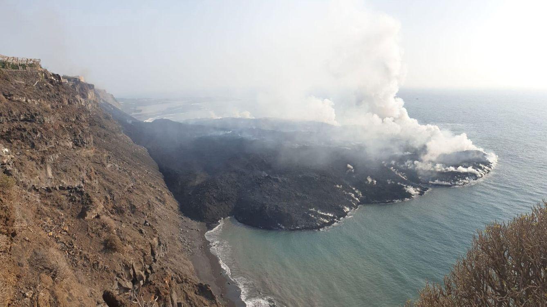 Foto: La plataforma marina generada por la lava del volcán en La Palma. (EFE)