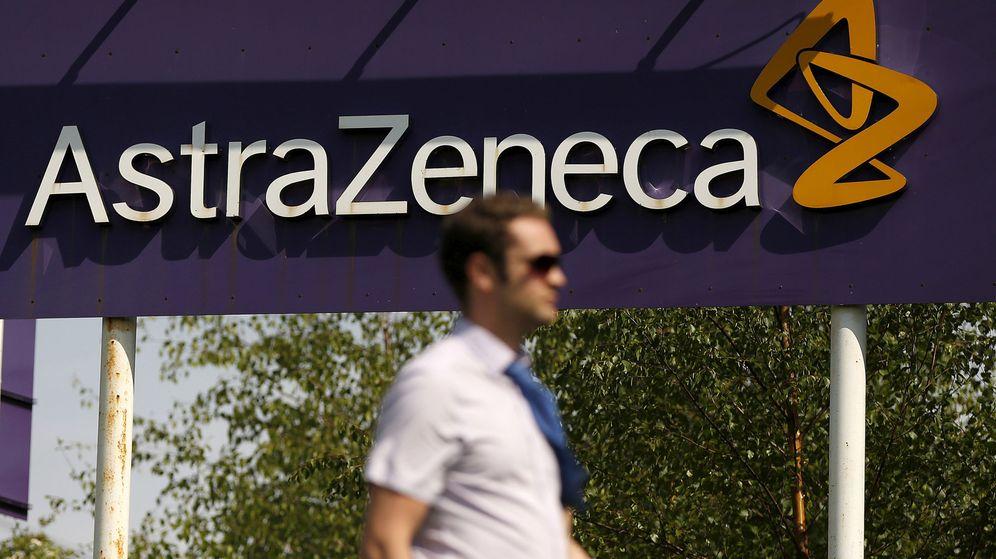 Foto: Un hombre pasea frente al logo de la compañía. (Reuters)