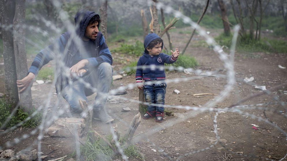 Foto: Un niño permanece junto a una alambrada mientras espera junto a la frontera para poder entrar en Macedonia. (EFE)