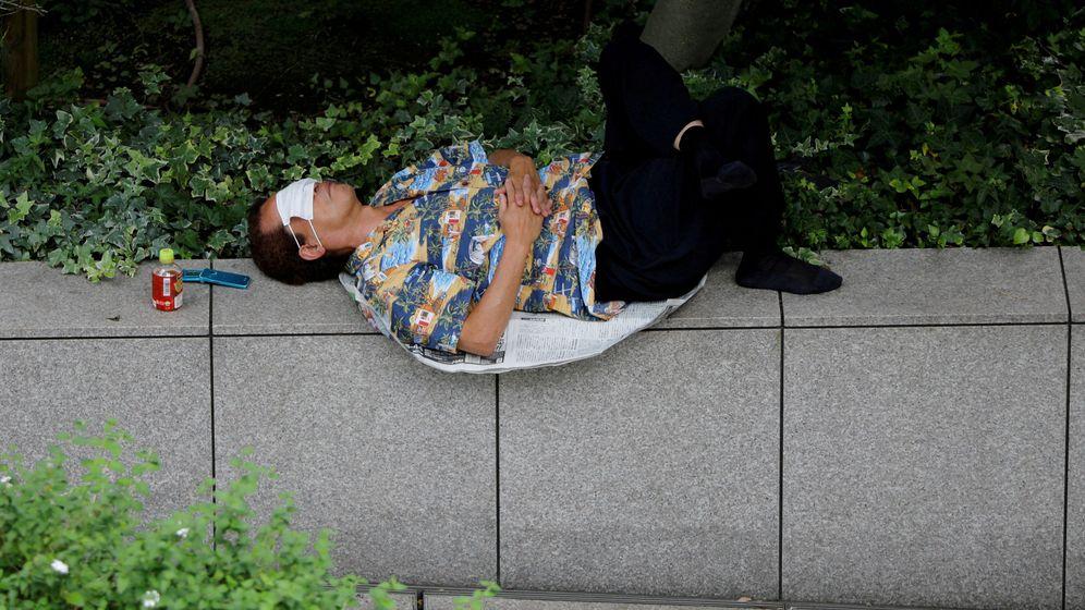 Foto: Un hombre con una mascarilla sobre los ojos en Tokio. (Reuters)