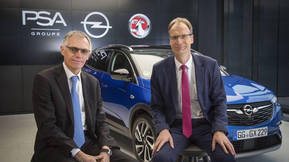 Foto: Carlos Tavares, presidente del grupo PSA, a la izquierda, junto a Michael Lohscheller máximo responsable de Opel.