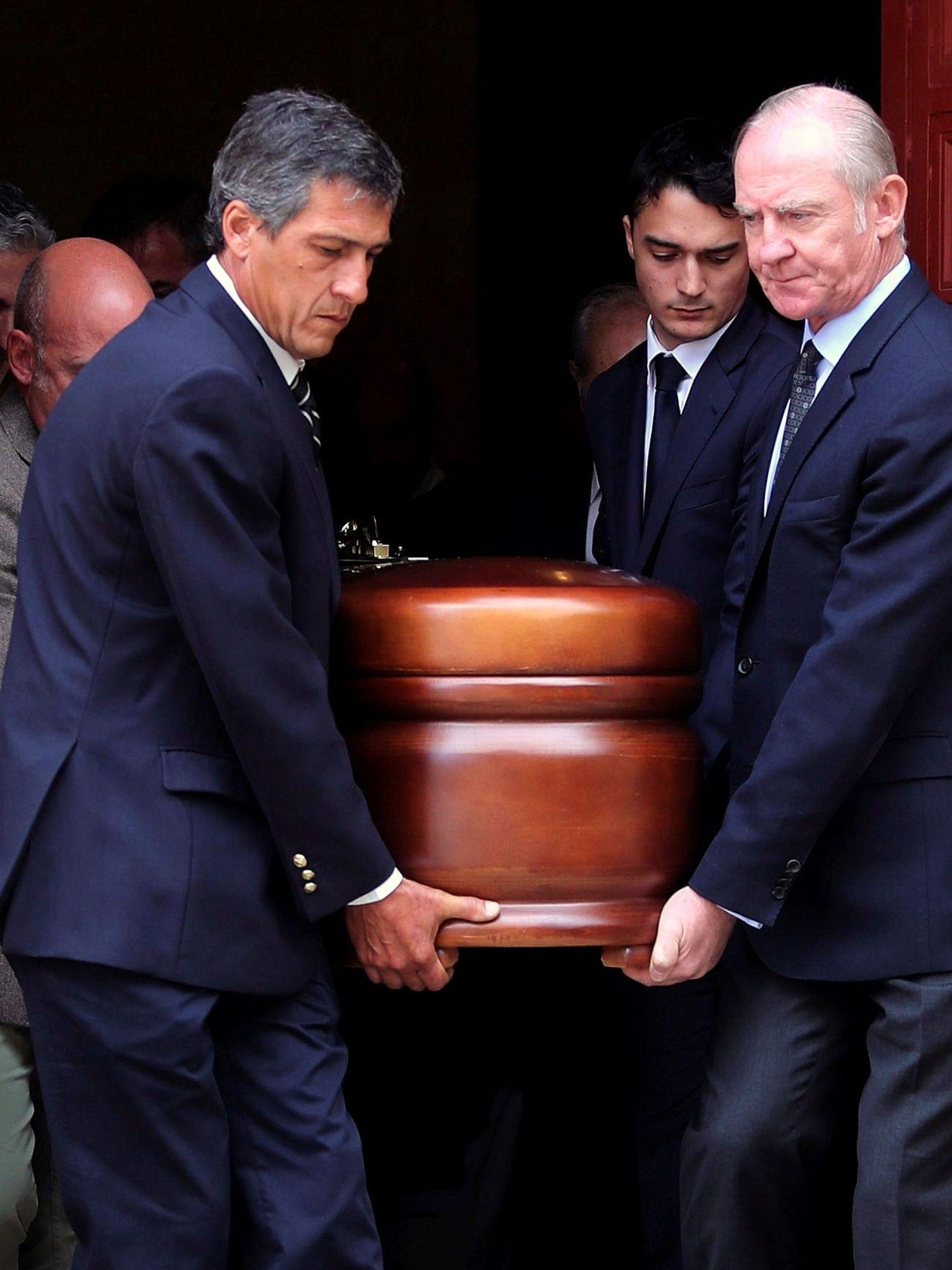 Familiares de Pitita Ridruejo el día de su entierro. (EFE)