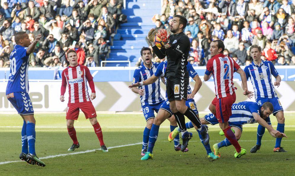 Foto: Fernando Pacheco, durante el Alavés-Atlético de Madrid de Liga (EFE)