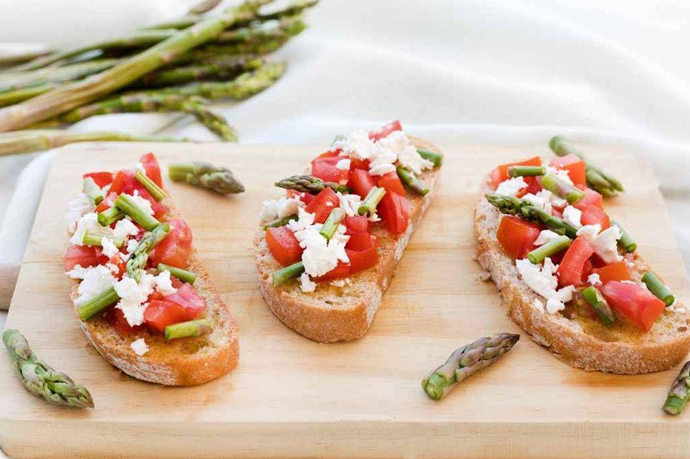 Foto: Bruschettas de tomate, feta y espárragos.