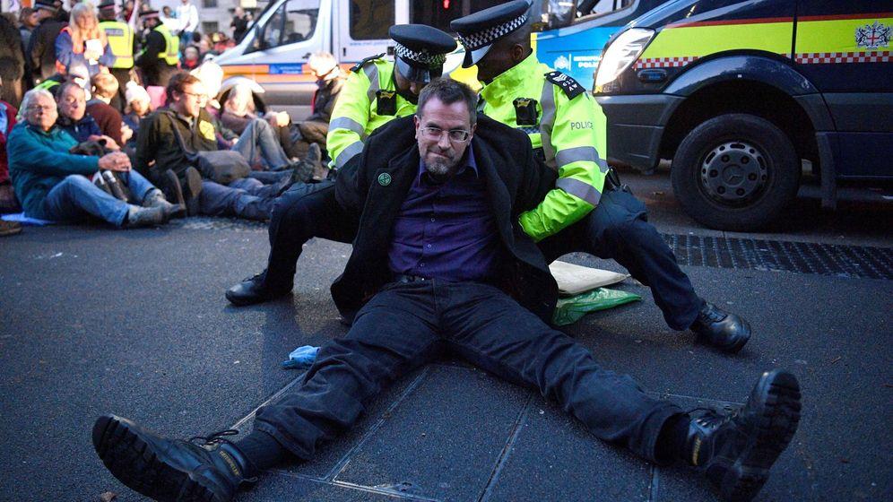 Foto: Un activista detenido durante las protestas. (EFE)