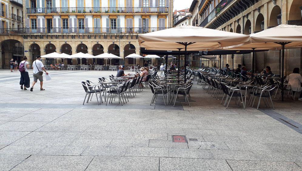 Foto: Una terraza prácticamente vacía en la plaza de la Constitución, en el corazón de la Parte Vieja de San Sebastián, durante el inicio del Festival de Cine. (EC)