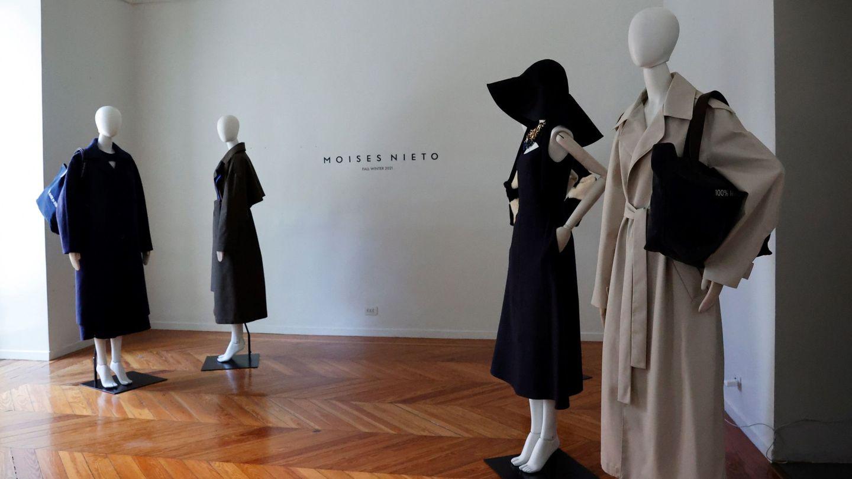 Vista de algunos de los modelos del diseñador Moisés Nieto de su colección otoño-invierno 21/22. (EFE)