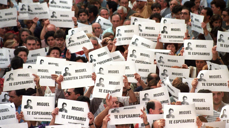 Manifestación celebrada en Ermua para pedir la libertad de Miguel Angel Blanco, secuestrado por ETA. (EFE)
