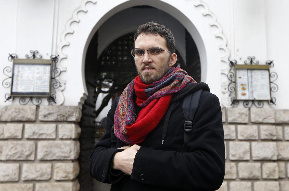 Foto: Ludovic-Mohamed Zahed, el imam gay, posa frente a la Mezquita de París en noviembre de 2012 (Reuters)