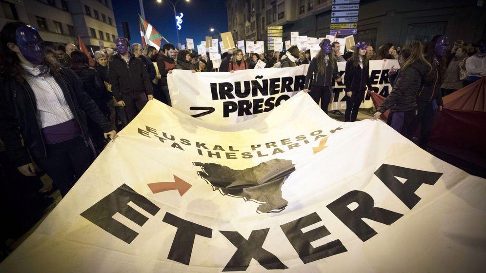 Foto: Centenares de personas piden en Pamplona el traslado de los presos de ETA a cárceles cercanas a sus lugares de origen. (EFE)