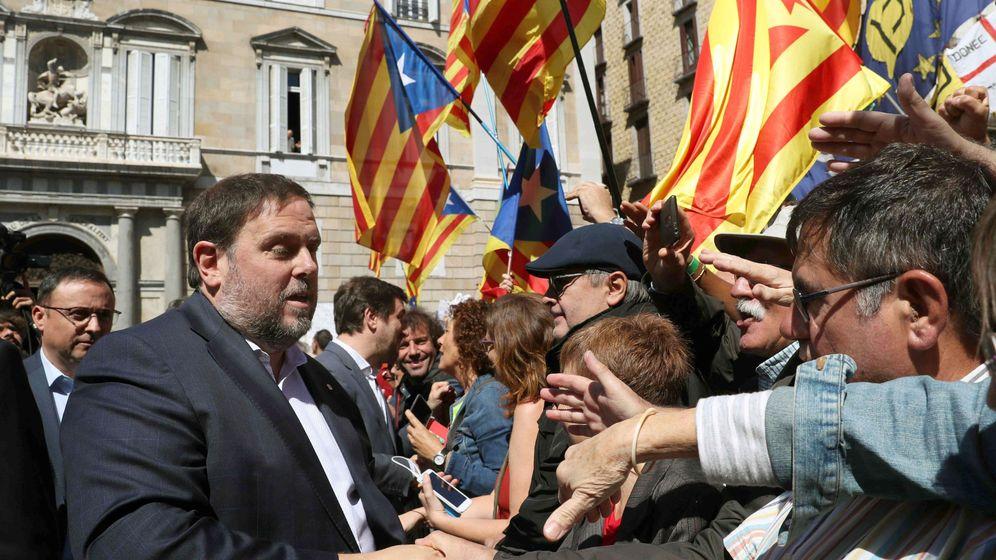 Foto: El vicepresidente del Govern, Oriol Junqueras, saluda a los concentrados en la Plaza de Sant Jaume de Barcelona, este sábado. (EFE)