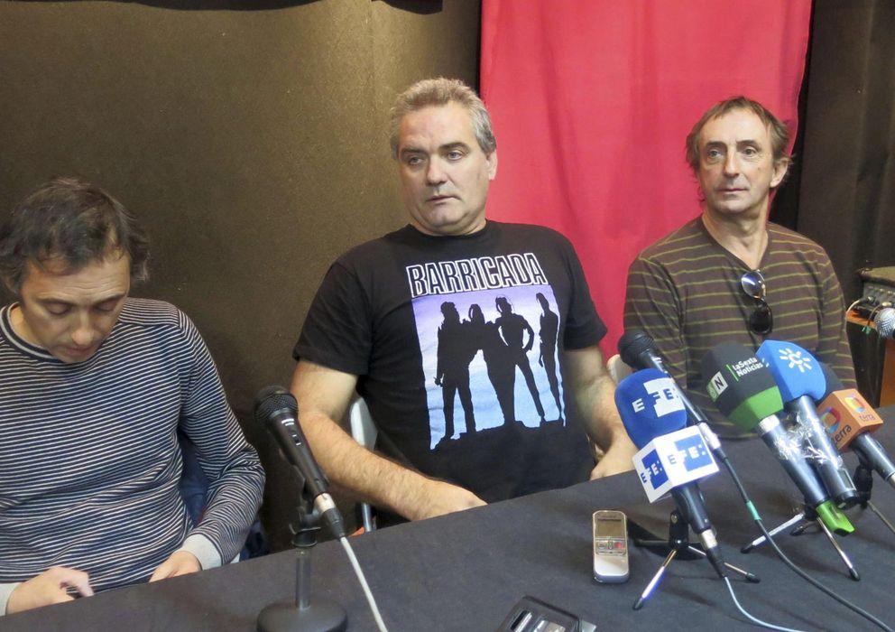 Foto: El cantante de Reincidentes (en el centro) en rueda de prensa contando su retención en Miami. (Efe)