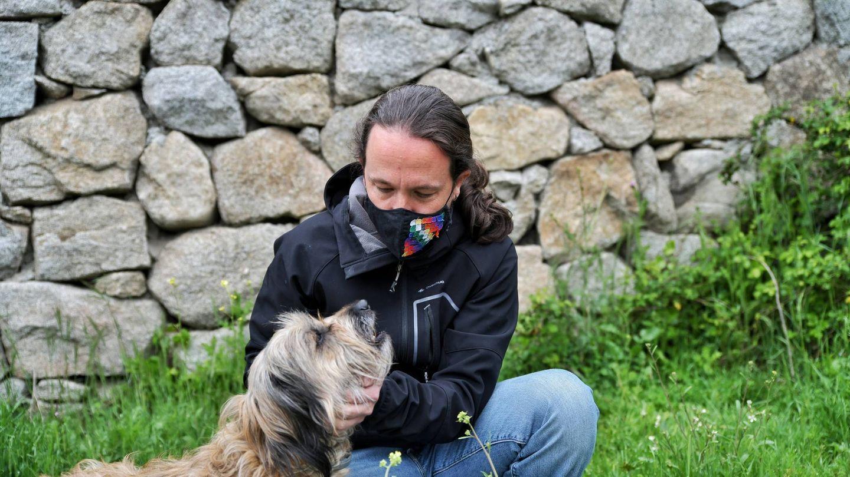 Pablo Iglesias, con uno de sus perros. (Twitter)