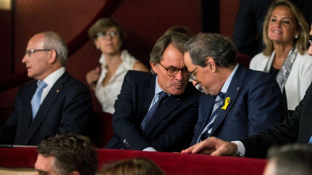 Foto: El presidente de la Generalitat Quim Torra (d) y el expresidente Artur Mas (c) en el Liceo de Barcelona. (EFE)