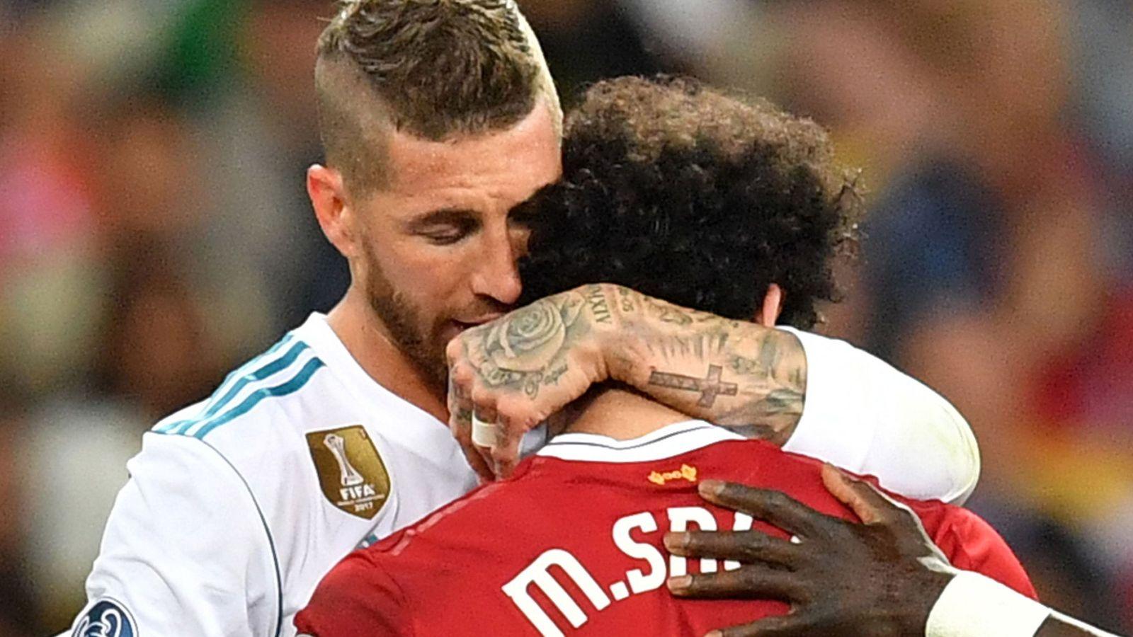 Foto: Sergio Ramos dando un abrazo a Mo Salah tras su lesión. (EFE)