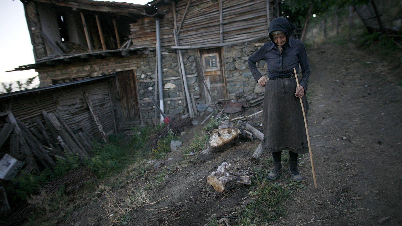 La anciana Ilinka Yaneva, de 83 años, frente a su casa en la aldea de Gorno Osenovo. (Reuters)