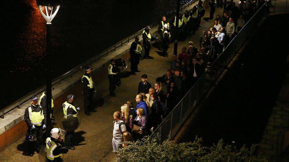 El policía nos cerró la verja del metro y sacó su pistola