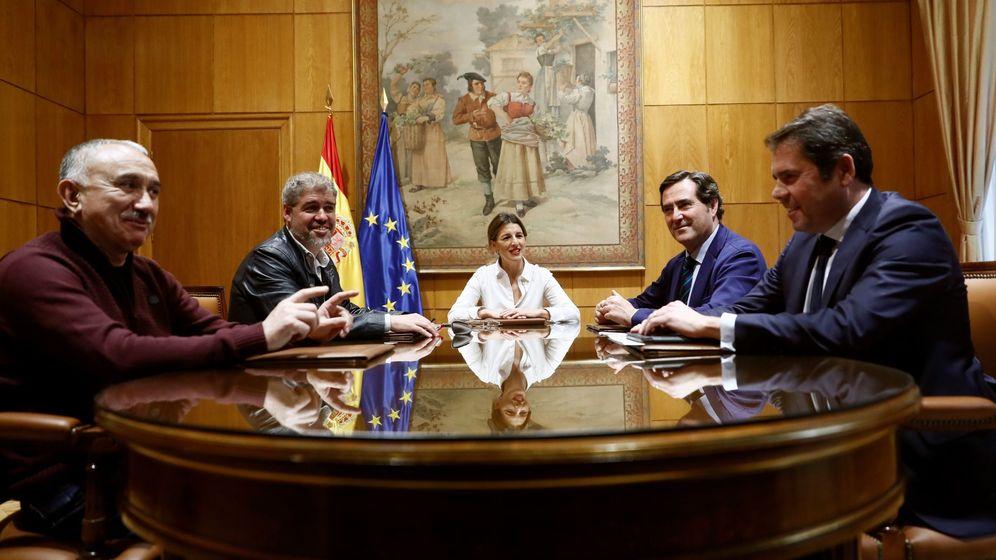 Foto:  La ministra de Trabajo, Yolanda Díaz (c), durante la reunión con los dirigentes de las patronales, CEOE Antonio Garamendi (2d), y CEPYME Gerardo Cuerva (d), y de los sindicatos, CCOO Unasi Sordo (2i) y UGT, Pepe Álvarez (i) (EFE)