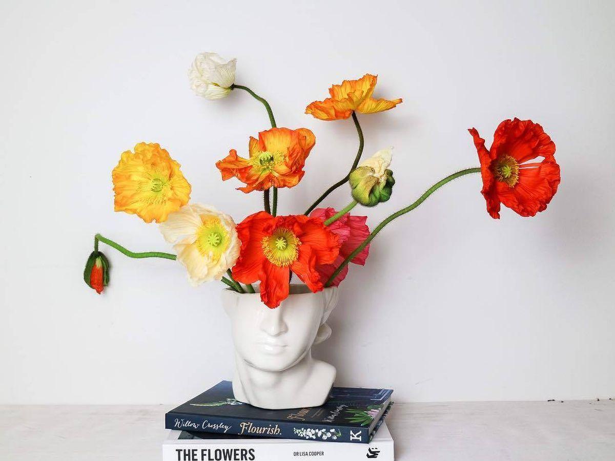 Foto: Con o sin flores, este jarrón dará un toque clásico a tu hogar. (@hedgesandflowers)