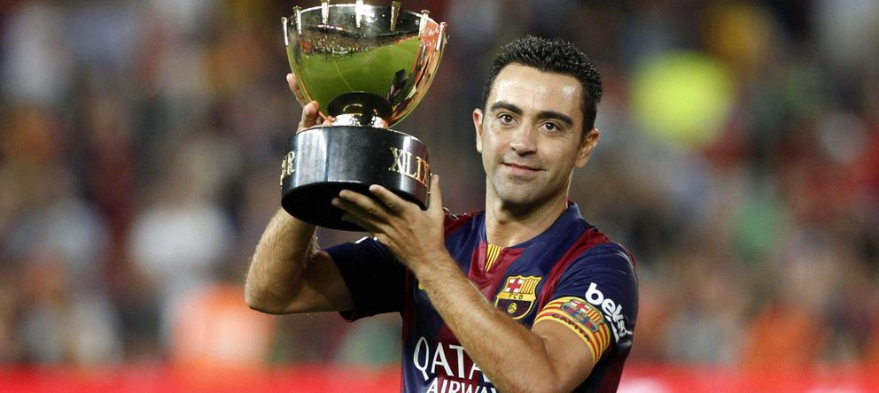 Foto: Xavi Hernández muestra el Trofeo Joan Gamper a su afición (EFE).