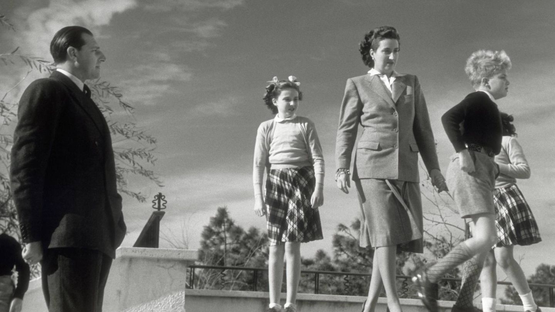 Don Juan de Borbón, María de las Mercedes y sus hijos en una foto de 1947.(Cordon Press)