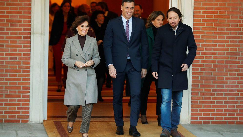Foto: Pedro Sánchez camina junto a Pablo Iglesias y Carmen Calvo. (EFE)