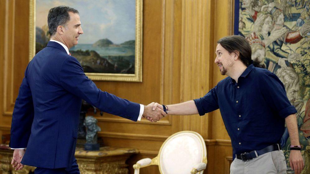Foto: El rey Felipe VI recibe a Pablo Iglesias en el Palacio de la Zarzuela durante el último día de la ronda de contactos. (EFE)