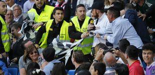 Post de La seguridad del Real Madrid retira una pancarta contra Florentino Pérez