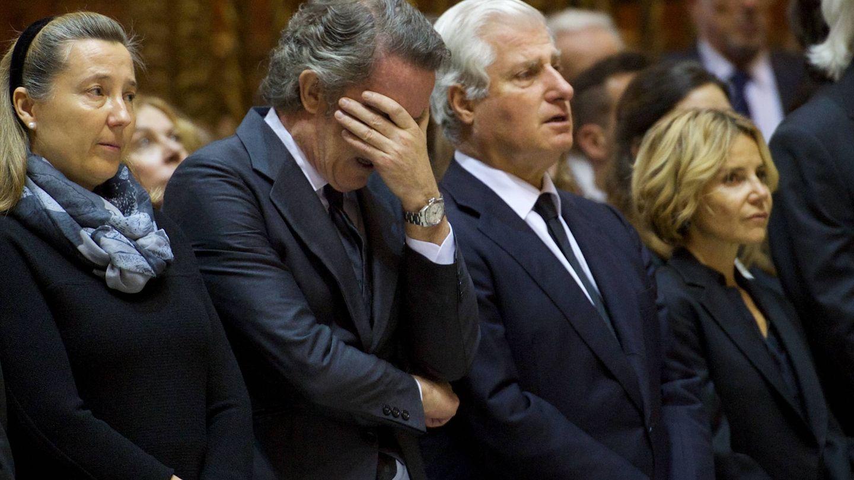 Diez, muy emocionado en el adiós a la duquesa de Alba, junto a Cristina de Borbón, Carlos Fitz-James y Eugenia Martínez de Irujo. (Getty)
