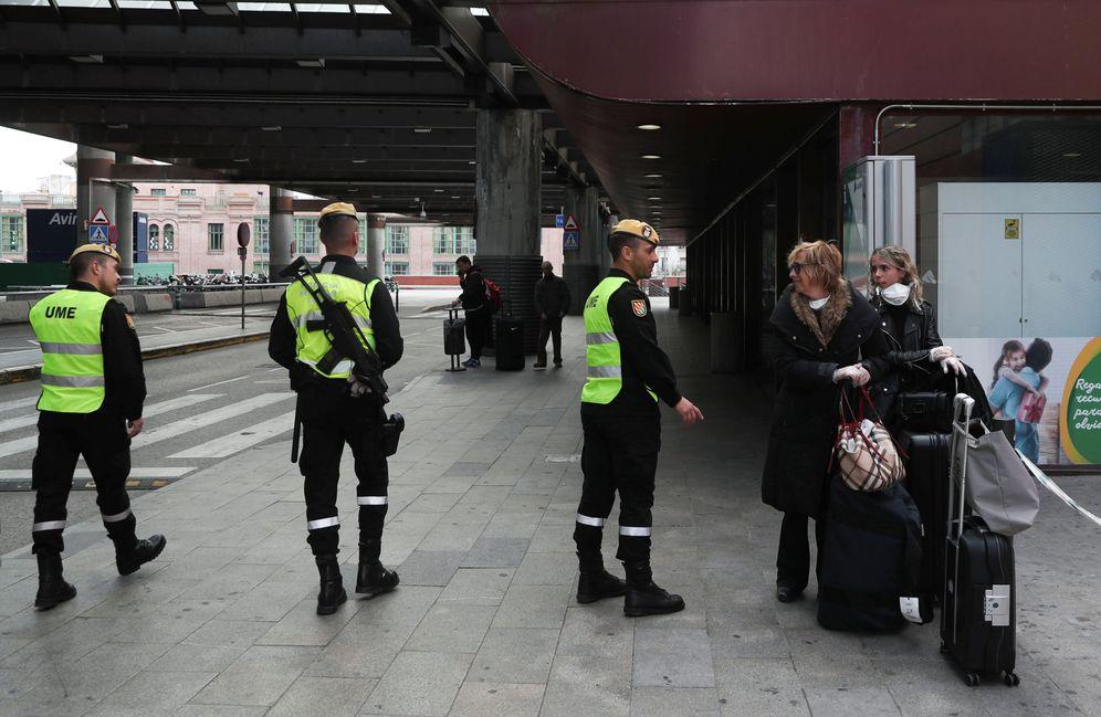 Foto: Miembros de la UME, desplegados en la estación de Atocha. (Reuters)