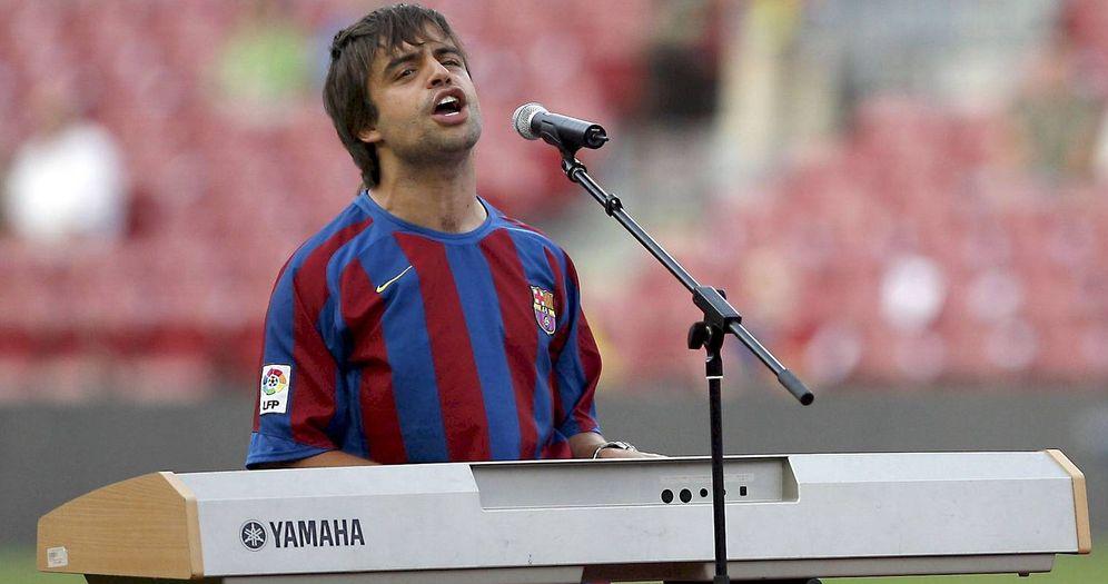 Foto: El cantante Manu Guix cantando el himno del FC Barcelona. (Foto: EFE)