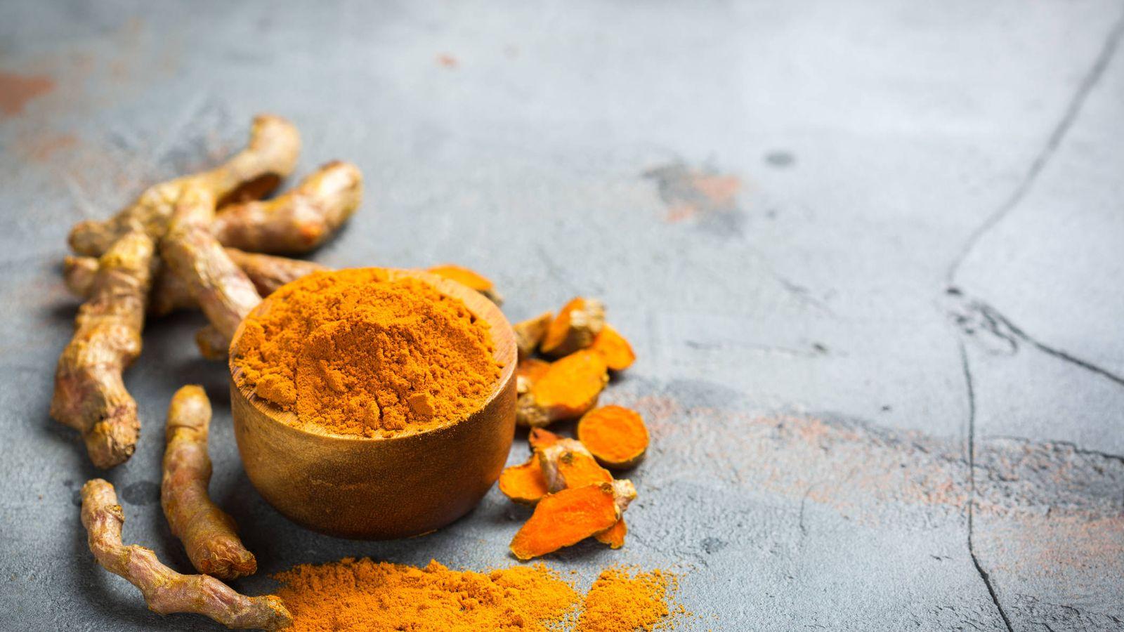 Foto: La raíz y el preciado polvo anaranjado. (iStock)