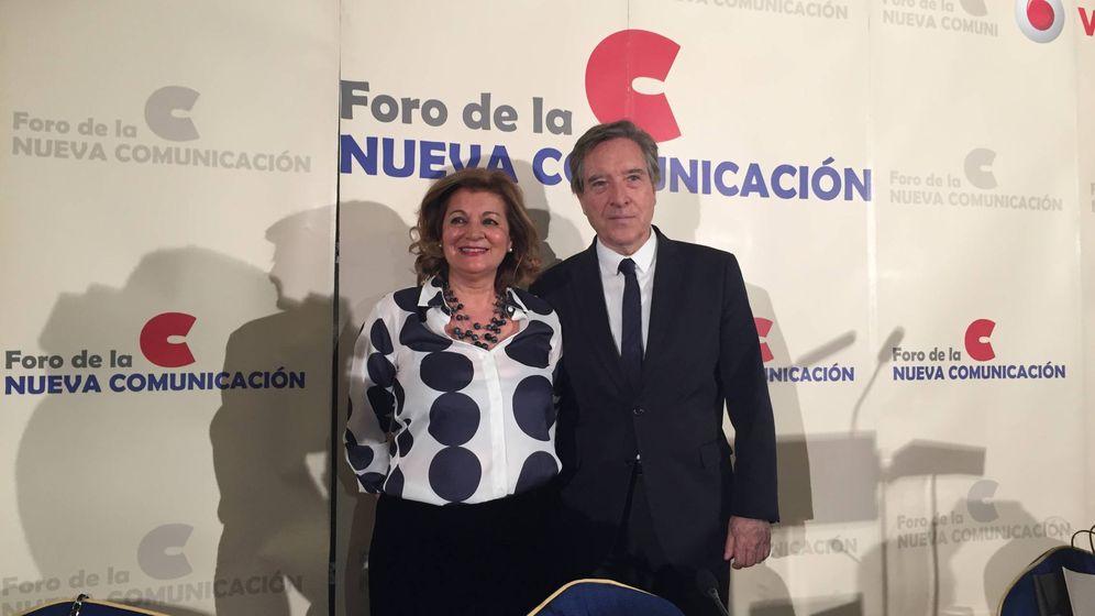 Foto: Carmen Amores, presidenta de FORTA, junto a Iñaki Gabilondo durante el desayuno informativo.