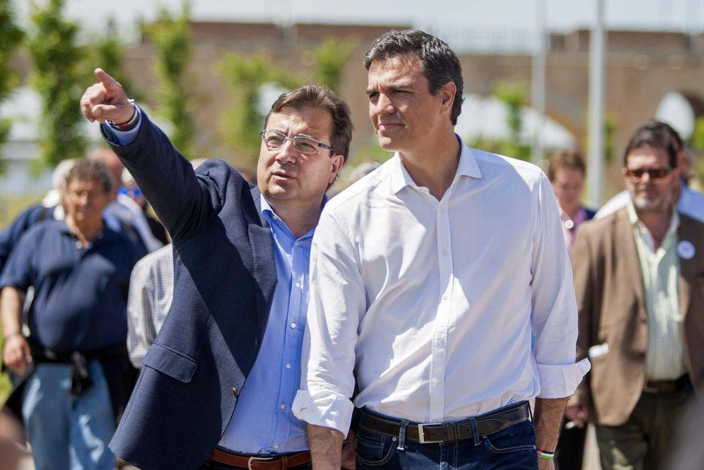 Foto: Guillermo Fernández Vara acompaña a Pedro Sánchez en una visita a Badajoz el 20 de abril de 2015. (EFE)