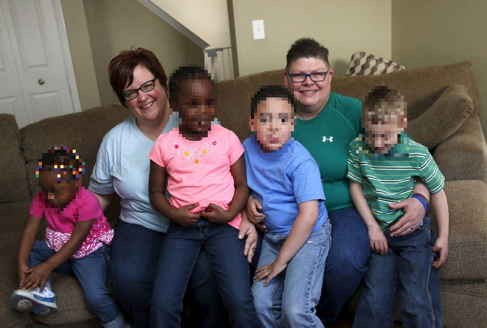 Foto: April DeBoer y Jayne Rowse, una pareja homosexual de Michigan y activista por los derechos LGTB, posa con sus cuatro hijos, en abril de 2015. (Reuters)