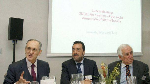 Foto: Matellanes, a la izquierda con corbata burdeos, en un acto institucional. (EFE)
