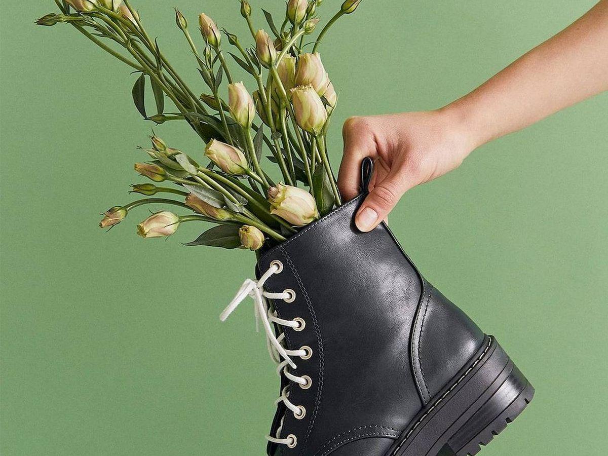 Foto: Los botines forman parte del editorial verde de Stradivarius. (Cortesía)