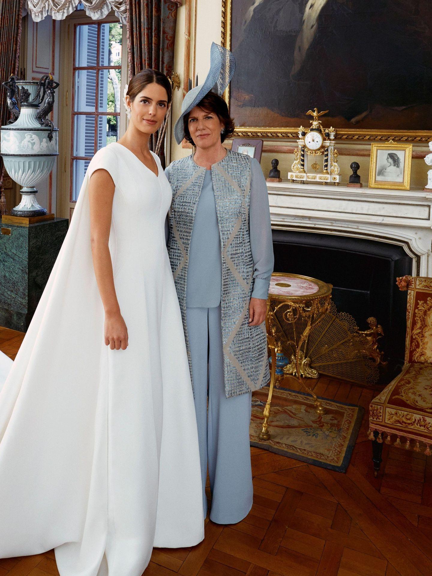 Sofía Palazuelo posa junto a su madre, Sofía Barroso, en el palacio de Liria. (EFE)